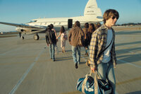 Für den 15-jährigen Nachwuchsjournalisten William (Patrick Fugit, vorne) geht ein Traum in Erfüllung, als er eine Rockband auf ihrer Tournee begleiten darf ...