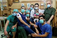 Für Sama Hamza Al-Khateab mit Tochter Sama auf den Knien und unidentifiziertem Spitalpersonal SRF/trigon-film.org