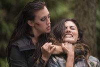Die skrupellose Söldnerin Rachel (Julia Ragnarsson, l.) schreckt vor nichts und niemandem zurück, als sie das große Geld wittert. Wird sie auch Amy (Phoebe Tonkin, r.) töten, wenn diese versucht zu fliehen?