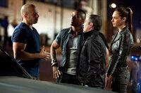 Um Rache für den Mord an seiner Freundin zu nehmen, gibt Dom (Vin Diesel, l.) vor, als Drogenschmuggler für Fenix (Laz Alonso, 2.v.l), Campos (John Ortiz, 2.v.r.) und Giselle (Gal Gadot, r.) arbeiten zu wollen ...
