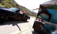 In der Dominikanischen Republik stehlen Letty (Michelle Rodriguez, r.) und Dom (Vin Diesel, l.) weiterhin Tanklaster und glauben, dort unter dem Radar des FBI zu agieren ...