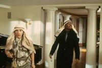 Als der Frauenheld und Einbrecher Kevin Caffrey (Martin Lawrence, r.) mit seinem Partner Berger (John Leguizamo, l.) in die Villa des beinahe bankrotten Geschäftsmannes Fairbanks einsteigt, geschieht das Unfassbare: Sie werden vom Eigentümer erwischt ...