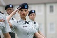 Aller Skepsis zum Trotz schafft Megan Valentine (Jessica Simpson, M.) ihre Grundausbildung in der U.S. Army ...