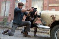 Kämpfen Seite an Seite gegen das Böse in Gestalt ihres finsteren Gegenspielers Vilain: Barney Ross (Sylvester Stallone, l.) und Maggie (Nan Yu) ...