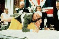 Rettet die Koenigin! Polizist Frank Drebin (Leslie Nielsen) im Einsatz.