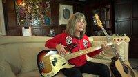 Suzi spielt daheim Bass. (Weitere Bilder auf Anfrage)