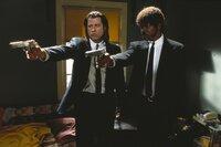 Die Auftragskiller Vincent Vega (John Travolta, l.) und Jules Winnfield (Samuel L. Jackson, r.) bei der Arbeit. Die beiden lassen sich von nichts aus der Ruhe bringen.