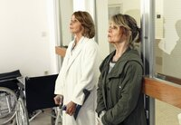 Almuth (Senta Berger) und Rita (Cornelia Froboess, re.) flüchten aus dem Krankenhaus.