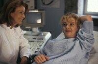 Endlich hat's geklappt: schwanger! Von links: Dr. Martin (Senta Berger) und Babsi Strohhofer (Saskia Vester).
