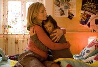 Karina (Katja Weitzenböck, li.) tröstet ihre Tochter Julia (Minna Markert).