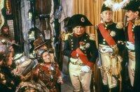 Gemeinsam reisen die Abenteurer in die Zeit von Napoleon (Ian Holm, Mi.) und geraten mitten in die Schlacht bei Castiglione.
