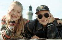 Louise (Floriane Eichhorn, l.) und Charlie (Fritzi Eichhorn, r.) haben sich angefreundet, nachdem sie herausgefunden haben, dass sie Zwillingsschwestern sind.