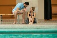 Bademeister Milos (Tobias Licht) und Fritzie (Tanja Wedhorn) können endlich zu ihren Gefühlen füreinander stehen und flirten verliebt.