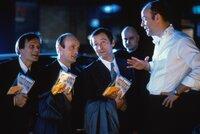 Durch die drei Bankdirektoren Melk (Edgar Selge, l.), Hopf (Erich Hallhuber, M.) und Weich (Christian Berkel, 2.v.l.) wird dem Filmproduzenten Oskar Reiter (Heiner Lauterbach, r.) ein wunderschöner Sommerabend verdorben ...