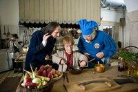 Der Haushofmeister Pestalozzi (Gilbert von Sohlern, links) und der Küchenmeister Schorsch (Peter Rauch, rechts) schauen dem Neuen, Zwerg Nase (Michael Markfort), fasziniert zu, wie er das Frühstück für den Herzog zaubert.
