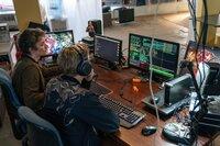Jeremy (Tijmen Govaerts, l.) und Andy (Joren Seldeslachts, r.) helfen bei der Umsetzung des Hackerangriffs auf eine Bank.