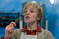 Jakob (Justus Kammerer) riecht an dem Zauberkraut, das ihm die Fee Kräuterweis ausdrücklich verboten hat.