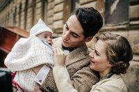Lotte (Alicia von Rittberg) und Paul (Noah Saavedra) mit ihrer Tochter Marie nach dem Umzug von Weimar nach Dessau.