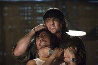 Ohne viele Worte erledigt er einen Feind nach dem anderen: Rambo (Sylvester Stallone, r.) ...