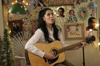 Marci Maven (Sarah Silverman) gibt alles, um ihrem Idol Mr. Monk zu gefallen. Sie hat ihr ganzes Zimmer mit seinen Fotos dekoriert. Das kommt selbst dem verschrobenen Mr. Monk recht seltsam vor.