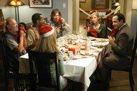 Natalie (Traylor Howard, 2.v.r.) tut etwas Gutes und lädt Obdachlose ein, um mit ihnen gemeinsam Weihnachten zu feiern. Adrian Monk (Tony Shalhoub, r.) bringt den Gästen erst einmal den richtigen Umgang mit einer Serviette bei ...