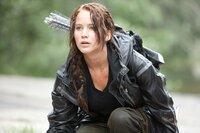 Die 16-jährige Katniss (Jennifer Lawrence) aus Distrikt 12 wird zu den mörderischen 74. Hungerspielen in die Arena geschickt. Bereits innerhalb der ersten Wettkampfstunden sind die meisten Mitkämpfer tot. Da schließen sich die Überlebenden zusammen, um ihre stärkste Konkurrentin auszuschalten: Katniss!