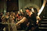 Robin Hood (Cary Elwes) versucht, Marian vor dem Sheriff von Nuttingham zu retten, und fordert diesen zum Kampf heraus.