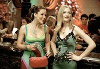 Jenna Rink (Jennifer Garner, l.) und ihre Arbeitskollegin Lucy (Judy Greer) stürzen sich in das Nachtleben von Manhattan.