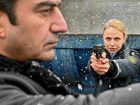 Don Conti (Michele Cuciuffo) ist auf dem Rachekriegspfad, aber Tanja (Teresa Rizos) versucht ihn daran zu hindern.