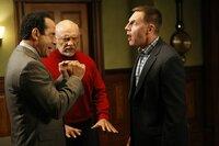 Zwischen Harold Krenshaw (Tim Bagley, r.) und Adrian Monk (Tony Shalhoub, l.) entbrennt ein heftiger Streit um ihren Therapeuten Dr. Neven Bell (Hector Elizondo, M.) ...