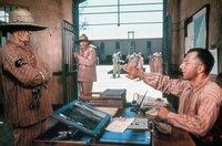 Louis Dega (Dustin Hoffman, re.) wird von Clusiot (Woodrow Parfrey, Mi.) unauffällig gewarnt: Die Wärter haben von Degas heimlichen Essenslieferungen an Papillon, der in Einzelhaft sitzt, erfahren.
