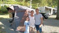Yvonne (44), Samiya (9) und Tino (44) Gittel vor ihrem Vorzelt.