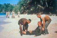 Für Maturette (Robert Deman, li.), Louis Dega (Dustin Hoffman, Mi.) und Papillon (Steve McQueen, re.) wird auch der zweite Fluchtversuch zur Herausforderung.