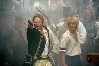 Kapitän Jack Aubrey (Russell Crowe, l.) und seine Crew (Billy Boyd, r.) werden mit einem übermächtigen Gegner konfrontiert, der ihnen eine empfindliche Niederlage zufügt. Dennoch weigert sich der Kapitän aufzugeben ...
