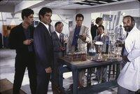 Der Drogenbaron Franz Sanchez (Robert Davi, 4.v.l.) lässt James Bonds (Timothy Dalton, 2.v.l.) besten Freund und frisch angetraute Ehefrau kaltblütig ermorden. Bond schwört auf Rache und begibt sich auf eine gefährliche Mission...