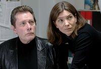 Irene Huss (Angela Kovacs) und ihr Kollege Jonny Blom (Dag Malmberg) arbeiten an einem verzwickten Fall.