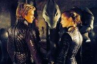In dem Versteck der Rebellen angekommen, müssen sich Eragon (Ed Speleers) und Arya (Sienna Guillory) mit Hilfe des Drachens Saphira dem Kampf gegen Durza stellen...