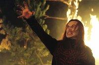 Es kommt zum finalen Kampf zwischen Eragon und Durza (Robert Carlyle), der eine Art Drachen aus schwarzem Rauch raufbeschwört...