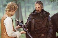 Brom (Jeremy Irons, r.) wird Eragons (Ed Speleers) Mentor und klärt ihn über seine Bestimmung auf. Er ist die letzte Hoffnung, der Retter, der das Land vom tyrannischen König Galbatorix befreien soll...