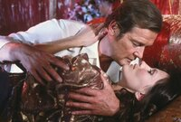 Bond (Roger Moore) in geheimer Mission bei Octopussy (Maud Adams).