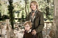 Als Ludos Schwester Lili (Barbara Rudnik, r.) ihren Sohn Lollo (Paul Maximilian Schüller, l.) im Kinderhort abliefert, ahnt niemand, dass der Kleine schon bald für erhebliche Turbulenzen sorgt ...