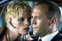 Frank Martin (Jason Statham) wird die Killerin Lola (Kate Nauta) nicht los.