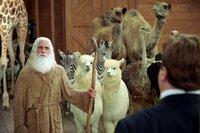 Der Kongress-Abgeordnete Long (John Goodman, r.) besucht Evan (Steve Carell, l.) und seine Arche, zu der bereits viele Tiere in Paaren gekommen sind.