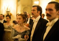 """Abby (Jennifer Ferrin) und Thackery (Clive Owen) sind Gäste des großen Wohltätigkeitsballs zu Gunsten des """"Knick""""-Neubaus."""