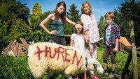 Im Dorf sind sie immer die Außenseiter: Maike (Julia Hartmann) mit ihren Kindern Jasper (Sammy Cairns) und Luise (Mia Petersen Schwertfeger) sowie Oma Inge (Suzanne von Borsody).