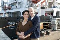 Das Ehepaar Hanna (Marie-Lou Sellem) und Martin Jens (Götz Schubert) ist gemeinsam bei einer Hamburger Werft beschäftigt.