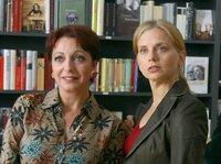 Claudia (Nina Weniger, rechts) und die Buchhändlerin Frau Mühlbauer (Manon Straché) werden von einer galanten Kavaliersgeste überrascht.