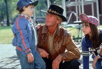 Die Kinder der Großstadt sind von dem unkonventionellen Mick (Paul Hogan, M.) ebenso begeistert wie die hübsche Sue ...