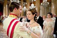 Sisi (Cristiana Capotondi) und Kaiser Franz (David Rott) tanzen frisch verliebt am Hof zu Wien.