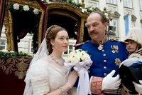 """Herzog Max in Bayern (Herbert Knaup) führt seine Tochter Prinzessin Elisabeth, genannt """"Sisi"""" (Cristiana Capotondi), zum Traualtar."""